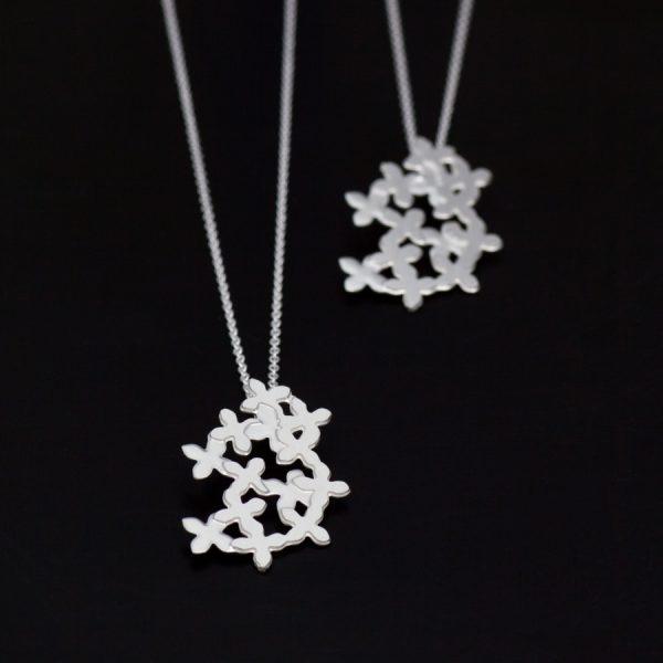 Morots blommor. Petronella Eriksson.Hängsmycken. Blommor i vitt silver.