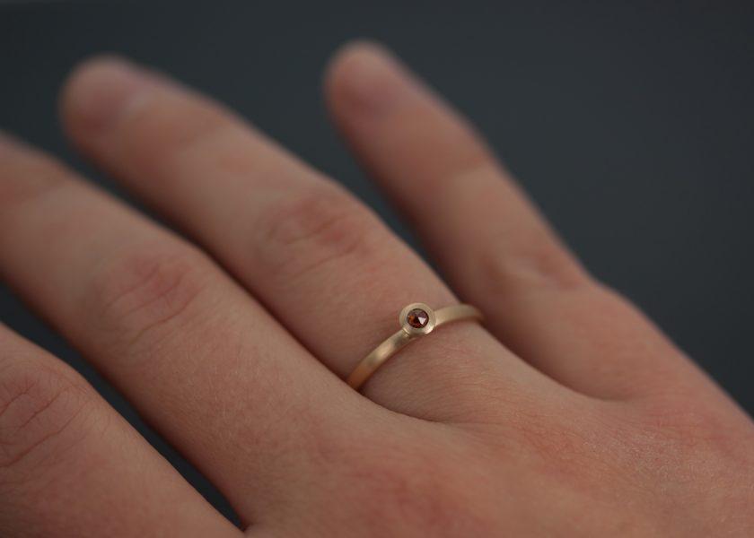 Förlovnings eller vigselring i 18k rödguld med rosenslipade diamanter.