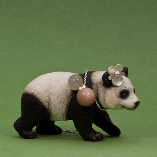 Panda med Makis halsband och ett av mina begonia örhängen i silver med sötvattens pärla.