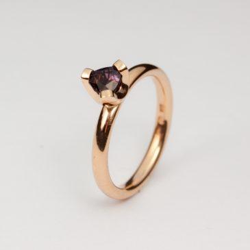 Förlovnings ring i extrarött guld med färgskiftande safir.