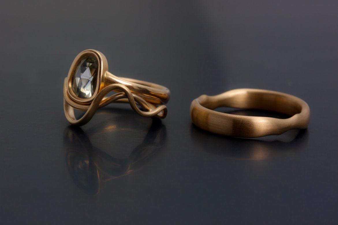 Förlovningsring i 18k rödguld med stor rosenslipad diamant,  vigselringar med passande mjuka kurvor.