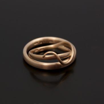 Förlovningsringar med mjuk intrikat enkelhet.