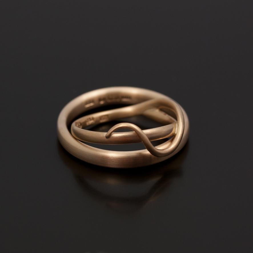 Grässtråring  med mjuka slingor och en enkel ring med oval skena  i 18k Svenskt rörduld.