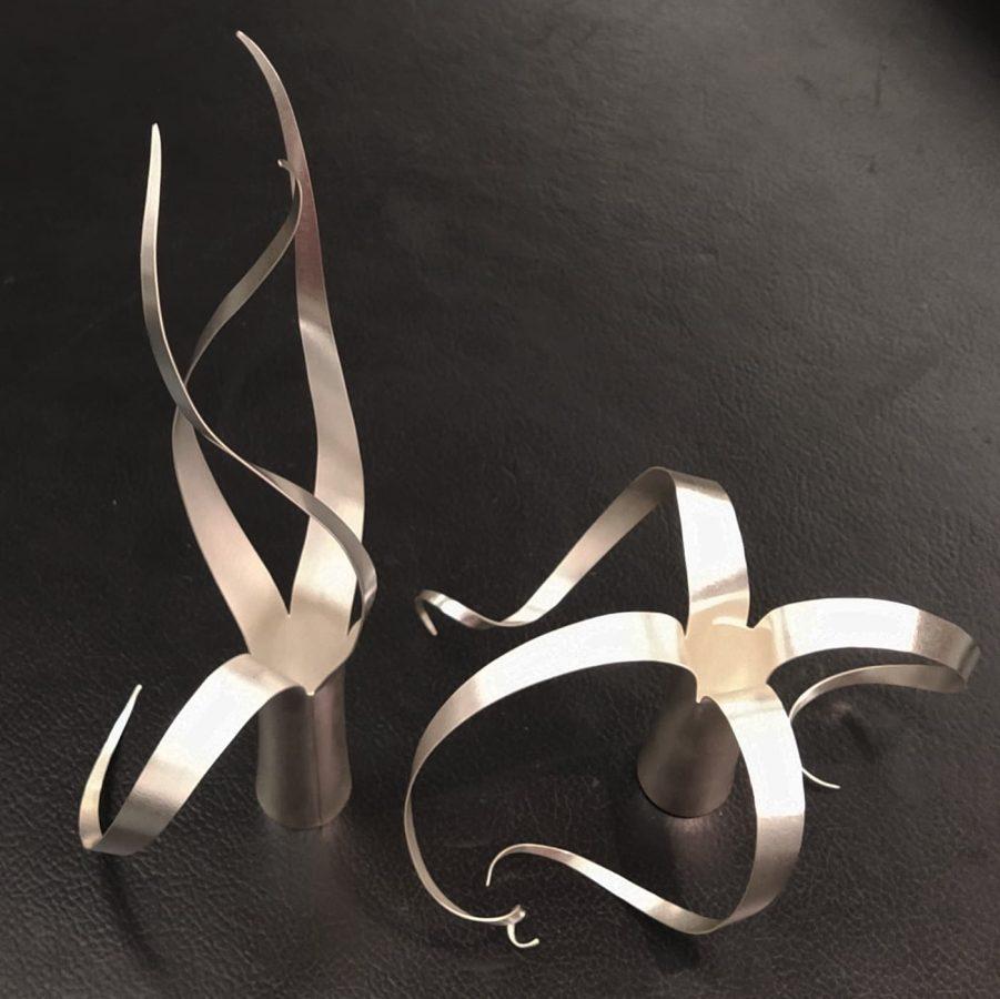 Lätta slingrande silver vaser och ljusstakar. De små silver vaserna är färdiga.