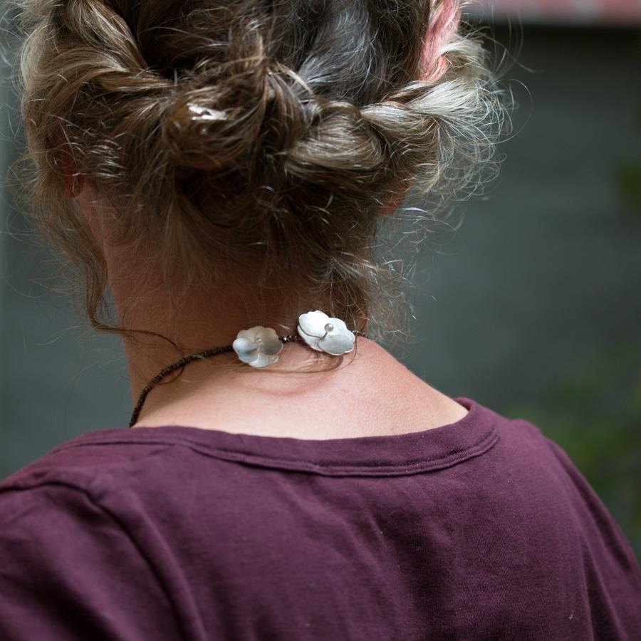 Halsmycke med blommor inspirerade av sammets hortensia. Vitt silver, vita pärlor och bruna spineller.