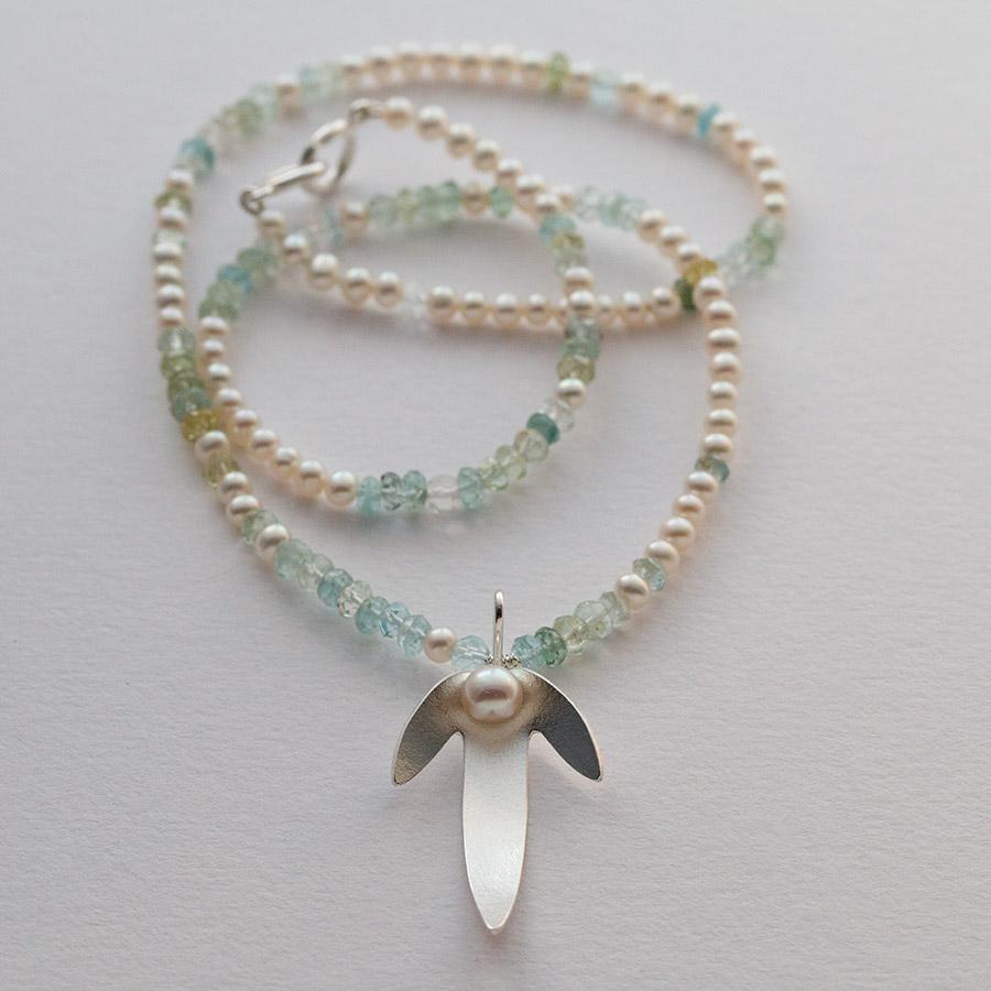 Smycke av silver, sötvattenspärlor och akvamariner. Formerna grundade på frukter av avenbok. år 2020