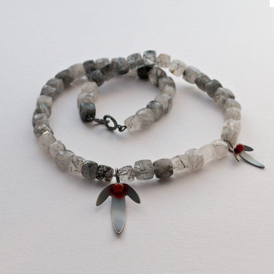 Halsband i oxiderat silver, rutilkvarts och röd carneol. Avenboksfrukter. Halssmycke.
