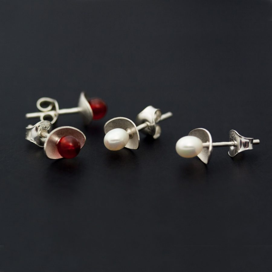 Örhängen och berlocker av silver och oxiderat silver med karneoler, pärlor, hematiter och agater.