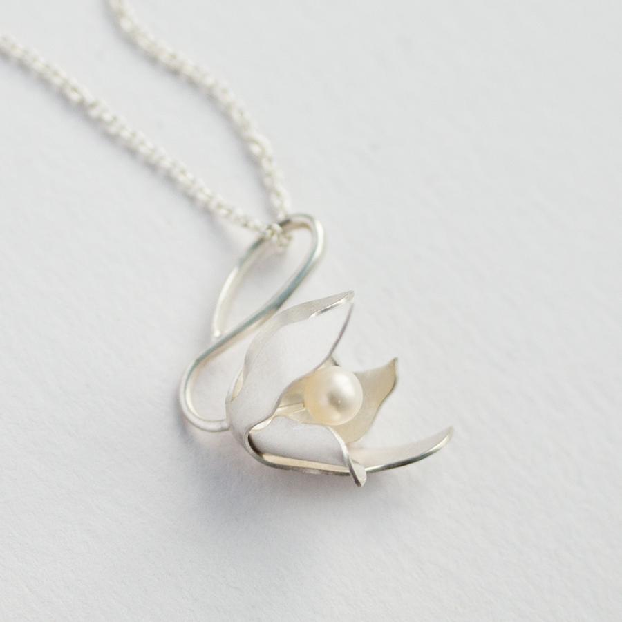 Vit skogslilja som berlock i vitt silver med vit pärla, Cephalanthera longifolia (L.) Fritsch.